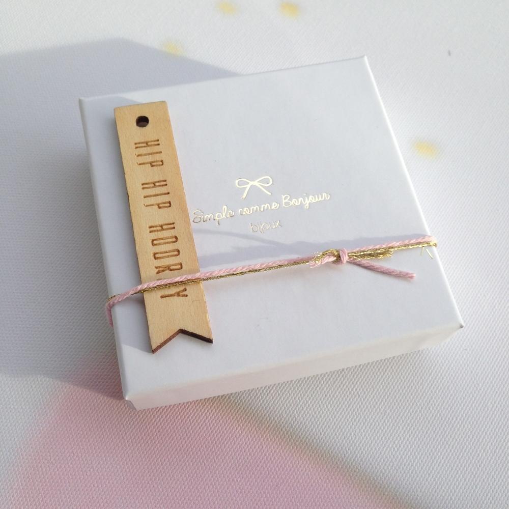 We zijn dol op inpakken! Laat ons gerust weten als het om een cadeautje voor een speciale gelegenheid gaat, dan laten we ons graag gaan met glitters,strikjes, ...