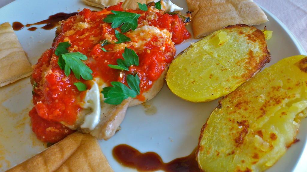 Grilované kuracie prsia na vínovo-paradajkovej omáčke s bylinkami a mozzarellou