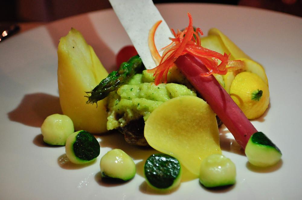 Teľacia sviečková s pečeným zemiakovým pyré a blanžírovanou zeleninou s omáčkou por Savoy