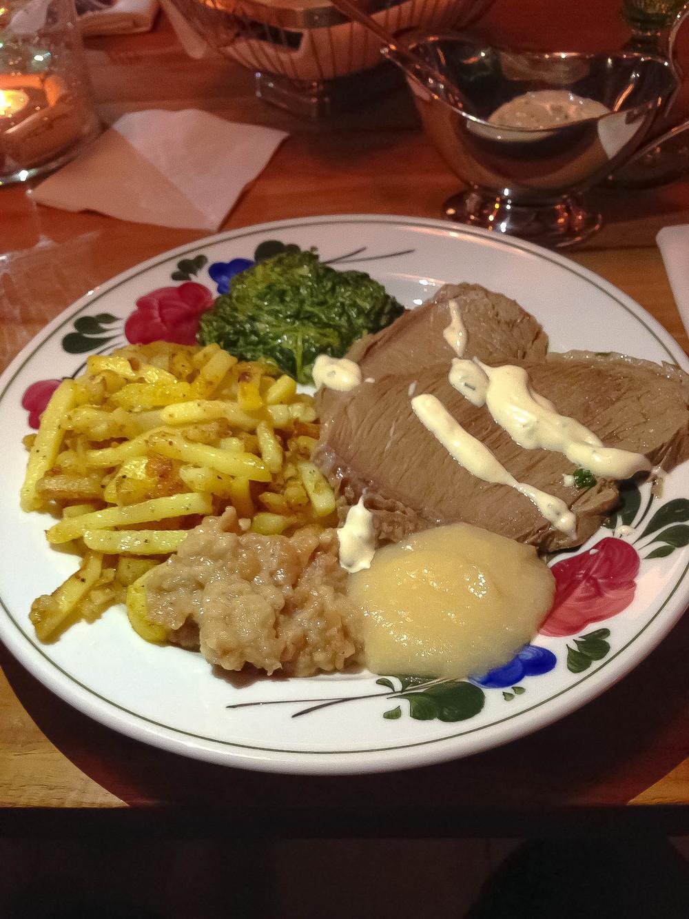 Hotový tafelspitz s krémovým špenátom,rakúskymi strúhanými pečenými zemiakmi, žemľovým chrenom a pažítkovou omáčkou + jablkové pyré schrenom