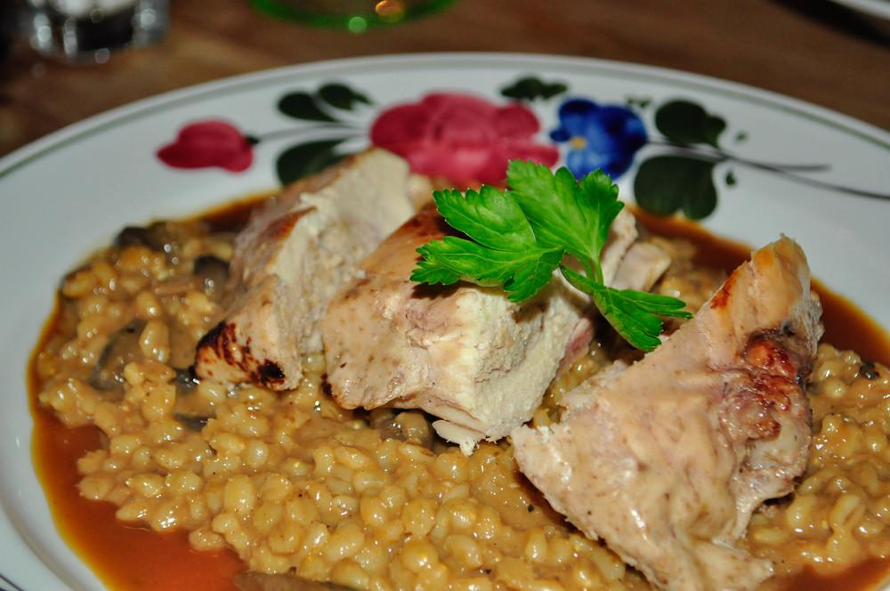 Kuracie prsiaz kukuričného kuriatka plneného vlašskými orechmi a cesnakom, krúpy s hubami, estragónový demi-glace