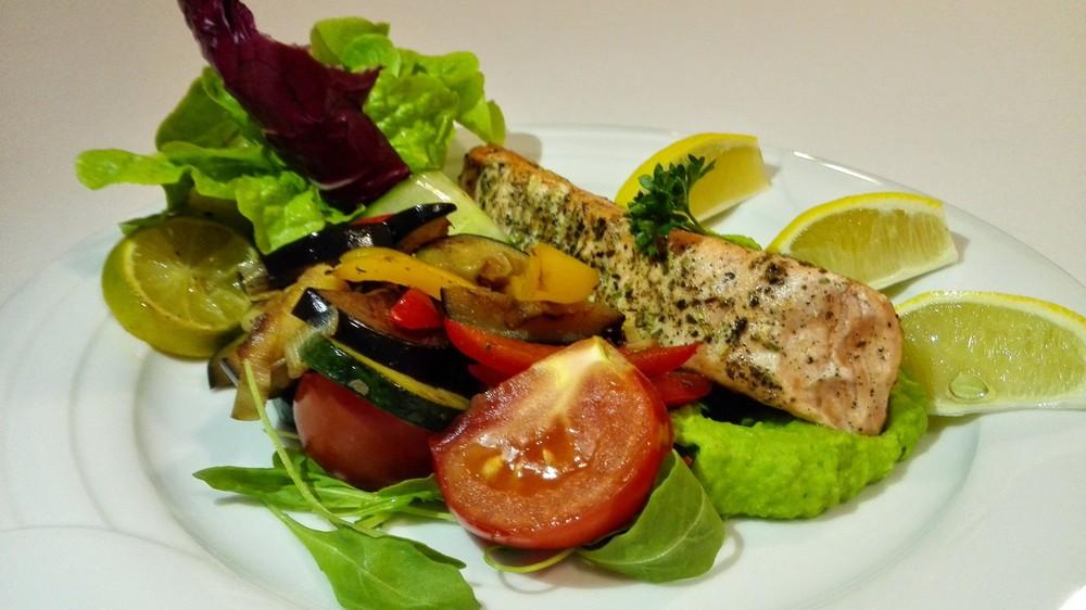 lososík a hráškové pyré a zeleninka