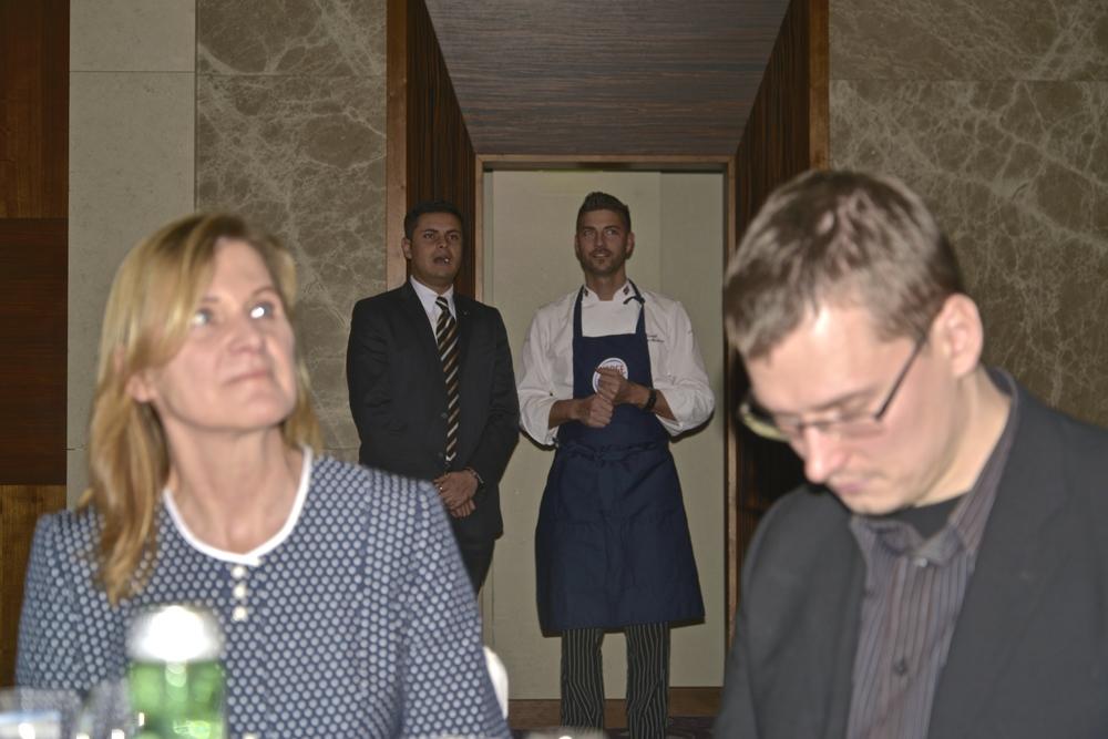 Šéfkuchár Daniel Rouge Madsen v pozadí.
