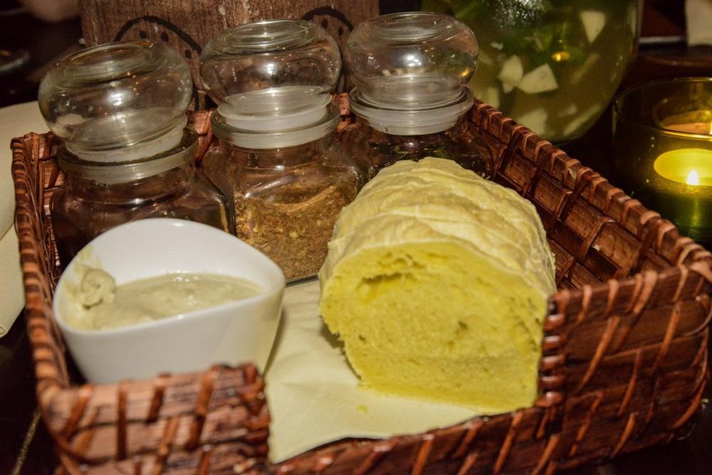 Olivová tapenáda + domáci chlebík a kondimenty.