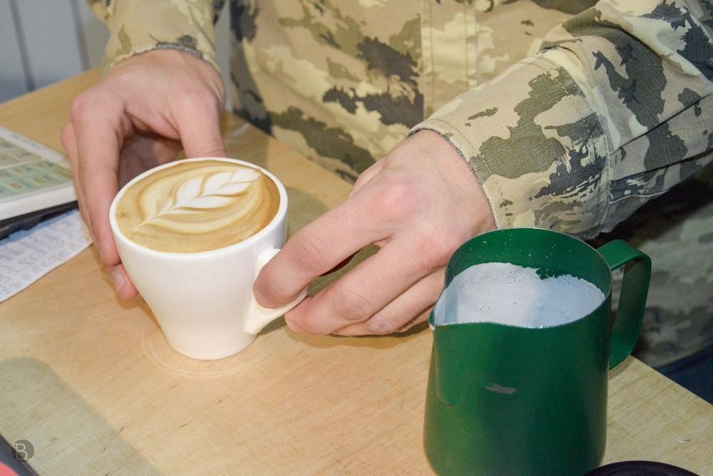 Nenechaj sa odstrašiť vojenským maskovaním, to len preto, aby ho davy kávomaniačok nedetekovali dronmi a neuniesli spoza baru.