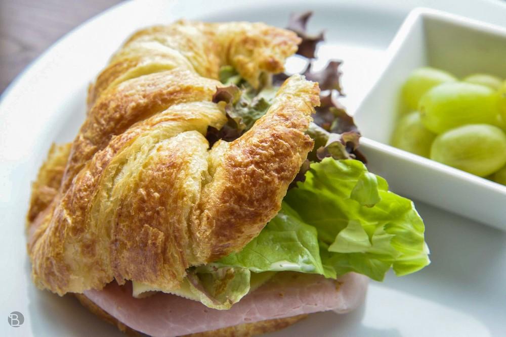Plnený slaný croissant v Zóne by Refresher