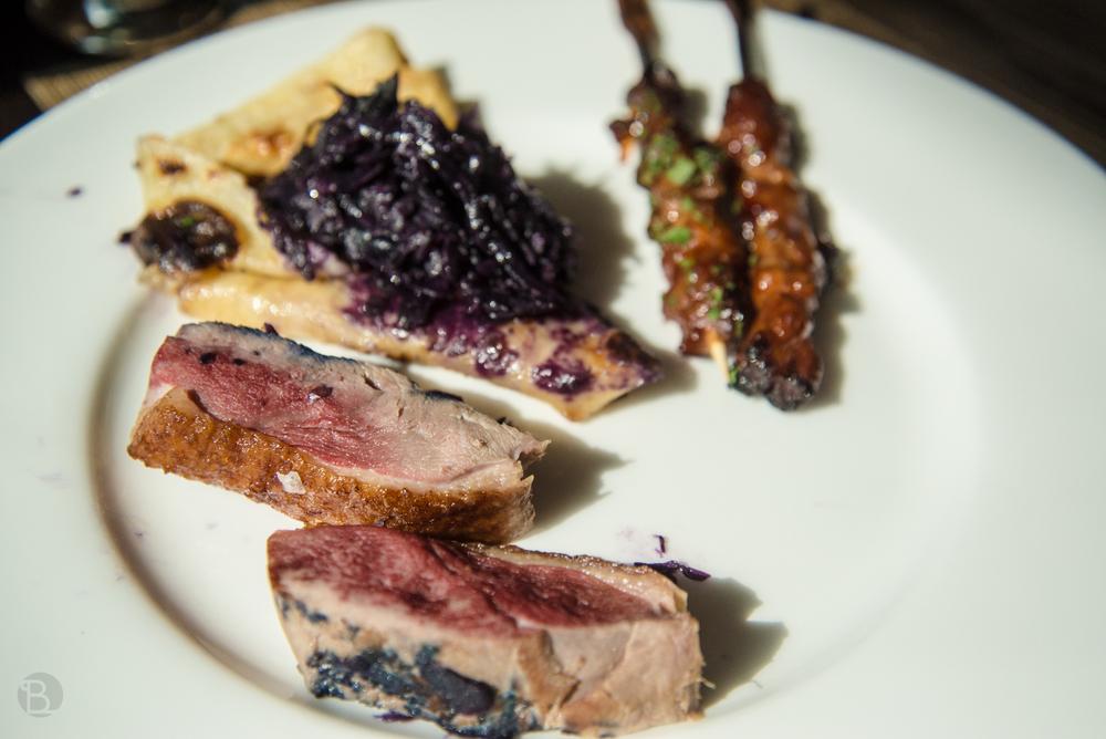 Jesenný tanier: kačica s červenou kapustou a výbornou lokšou + sladké sataye.