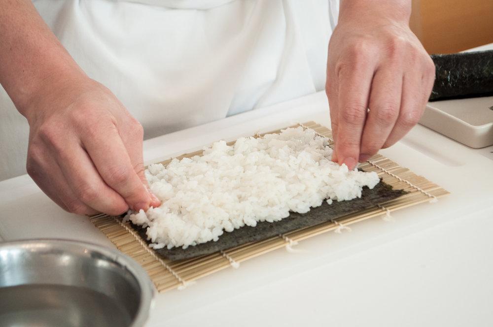 2. Na makisu položíme riasu a vyplníme ju ryžou