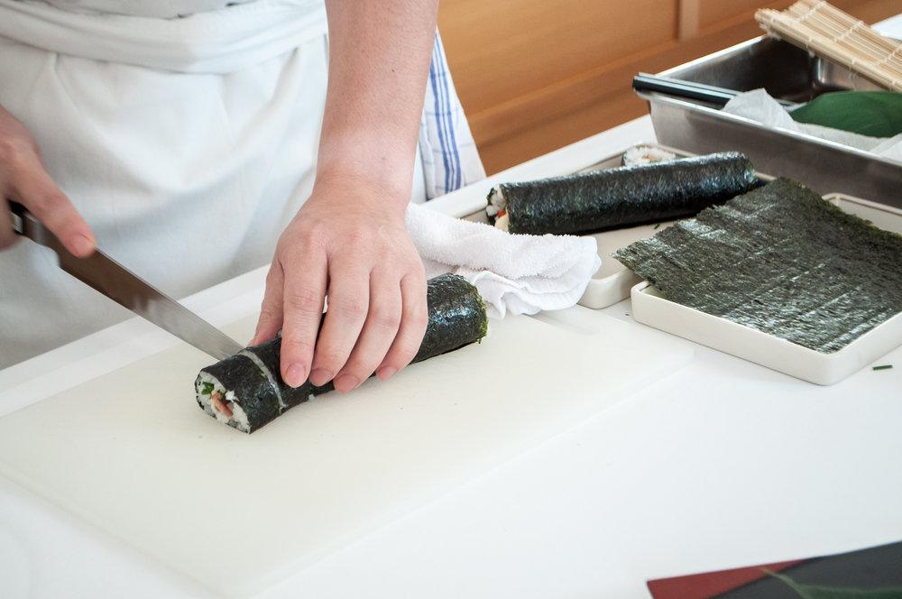 4. Ostrým nožom narežeme rolku podľa chuti