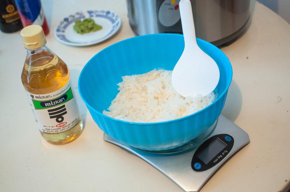 1.b Uvarenú ryžu zmiešame so sushi octom