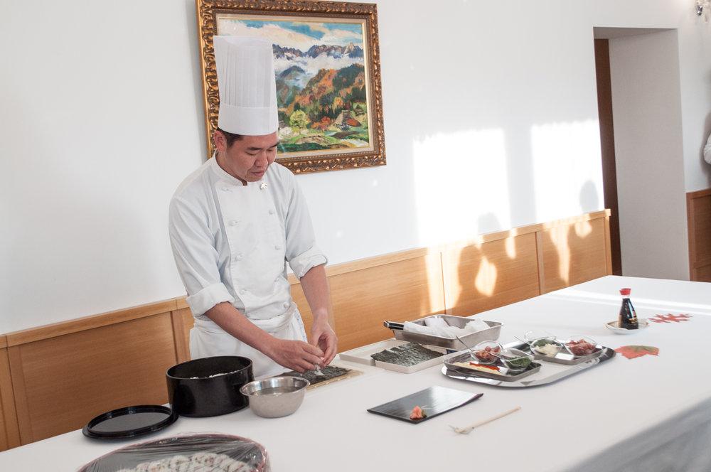 A tu jeho osobný šéfkuchár pripravuje sushi.