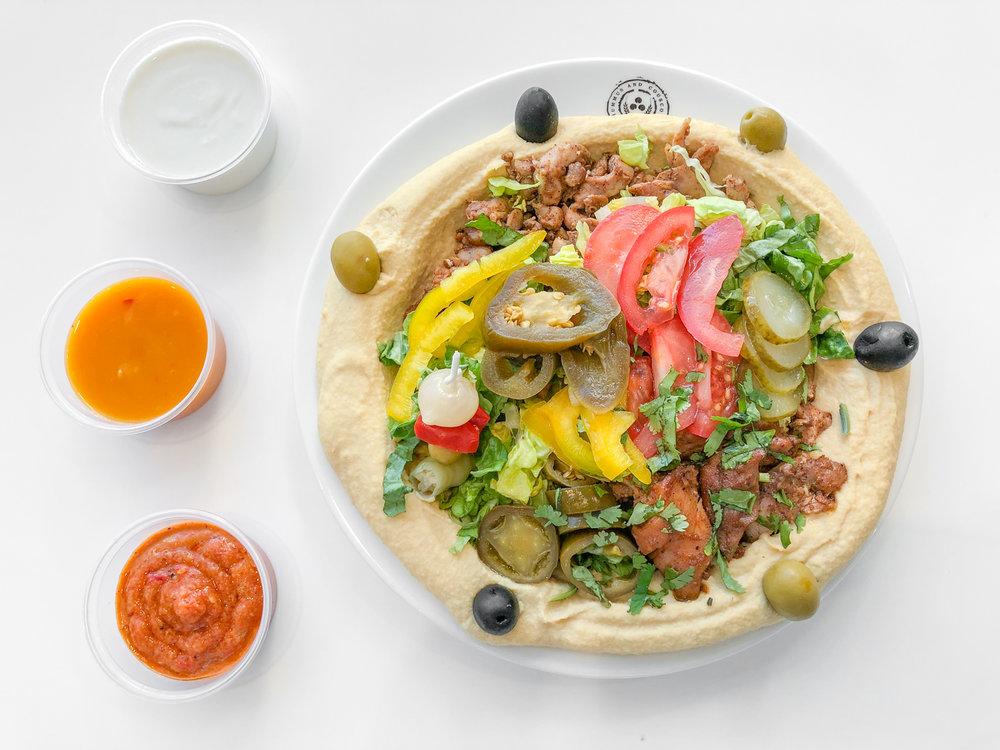 Shawarma Hummus s 3 dipmi: jogurtovým, mangovým a z pečených baklažánov.