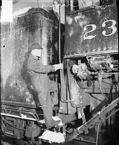 Lon Chaney on the set of 'Thunder' at the Northwestern Railroad Station in Chicago (Chicago Daily News/Chicago History Museum Archives)