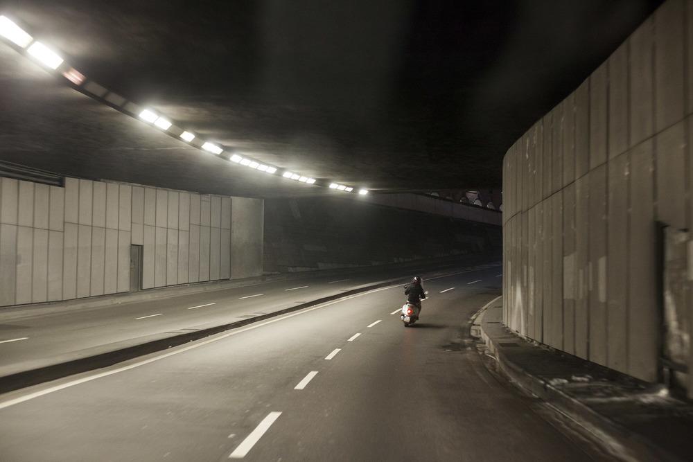 savino-caruso-fotografie-vespa-nel tunnel-genova