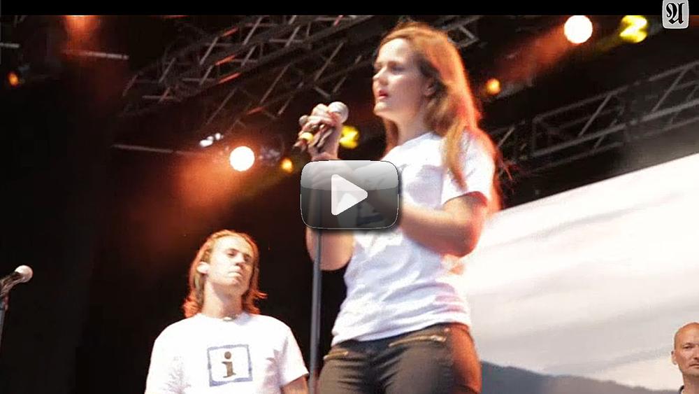 Klikk her for å se video av Therese sammen med Ylvis på scenen under Olavsfestdagene