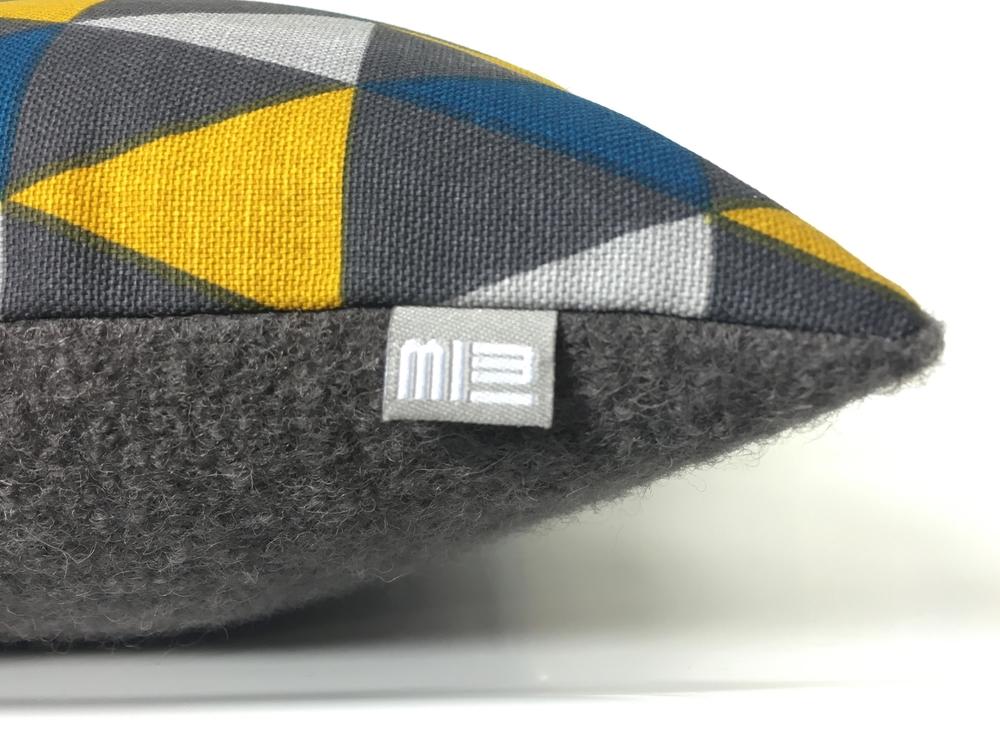 Kussens Blauw Grijs : Oker blauwe grijze hoekjes kussen met stof uit kopenhagen in