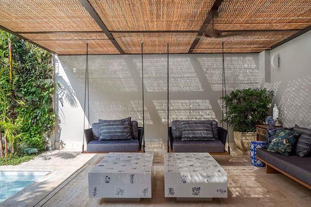 Para dias lindos e agradáveis... vida ao ar livre! Como neste projeto de @mauricionobregaarquitetura #clientesangelafalcão #greenlovers #áreaexterna