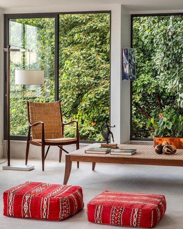 Entrando no fim de semana com as janelas bem abertas para a  Mata Atlântica no projeto de @lpqdesign de Lucilla Pessoa de Queiroz na Gávea 🍀#clientesangelafalcão #archilovers