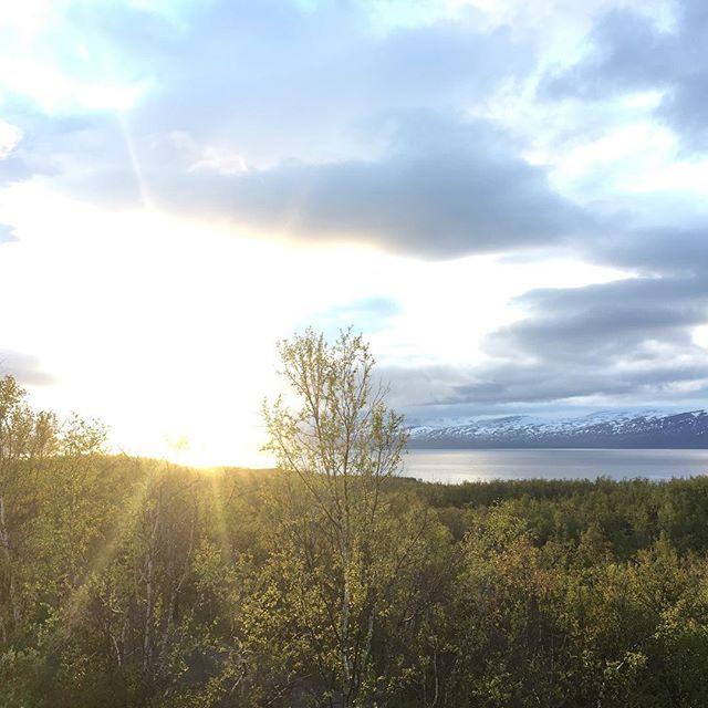 Almost midnight in Abisko. . . . #abisko #midnightsun #arctic #sweden #sverige #abiskonet