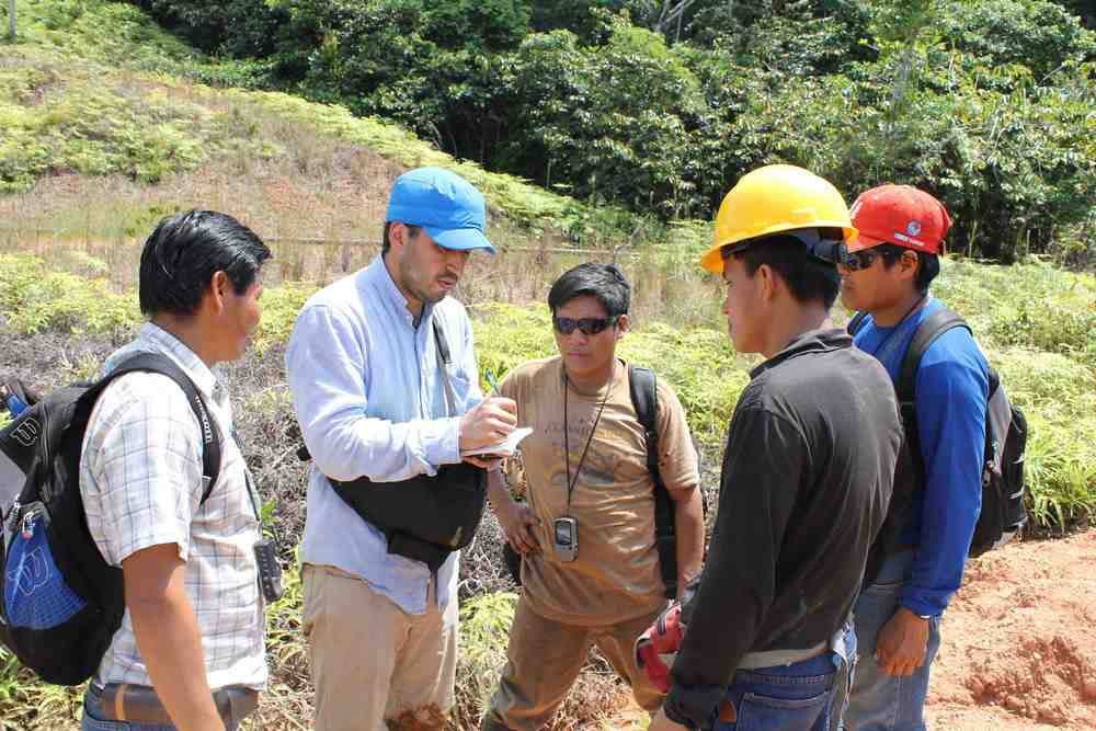 Ricardo Segovia training environmental monitors in the Pastaza watershed