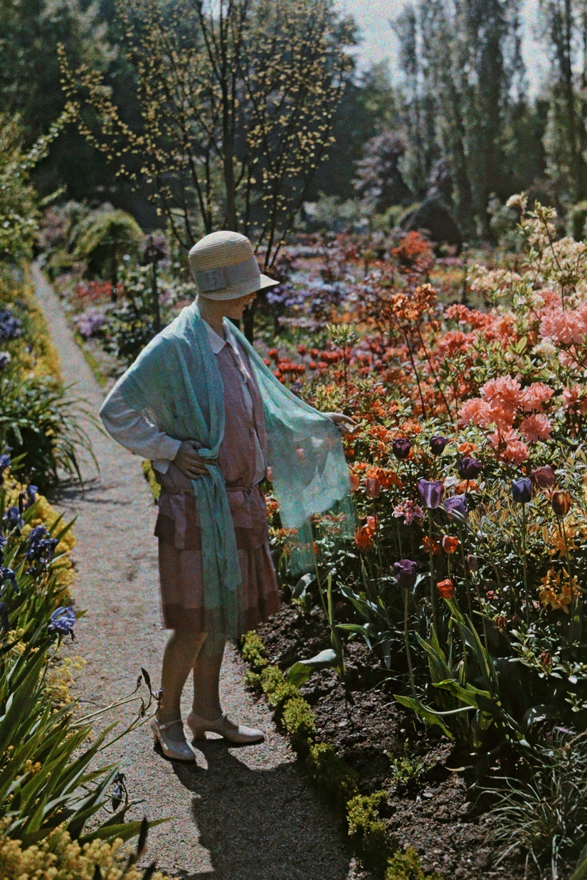 The ageless pastime of garden strolls. A young woman admires flowers in a Baden garden in Germany, June 1928. PHOTOGRAPH BY WILHELM TOBIEN, NATIONAL GEOGRAPHIC