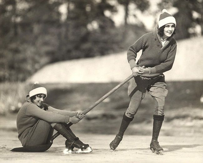 Girls ice skating in the 1920s. I absolutely adore their outfits!