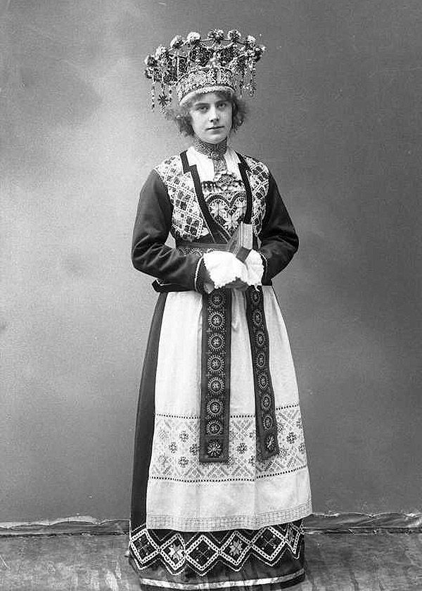 vintage-norwegian-bride-costume-3.jpg