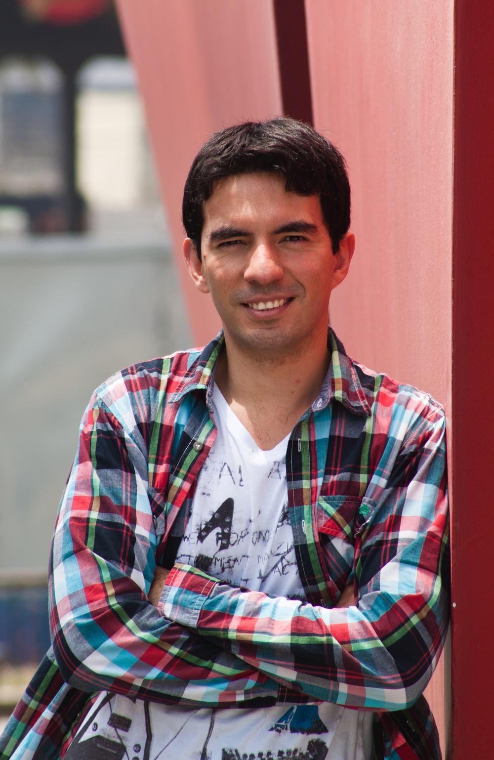 Juan Gabriel Herrera Administrador y Marketero. Trabaja en el BCP en un proyecto que busca cambiar la manera como las personas se relacionan con el banco. Le interesa el desarrollo y crecimiento de la nueva clase media limeña y está convencido que la educación es la clave para el desarrollo sostenible. Es docente universitario. Vive en Lima.