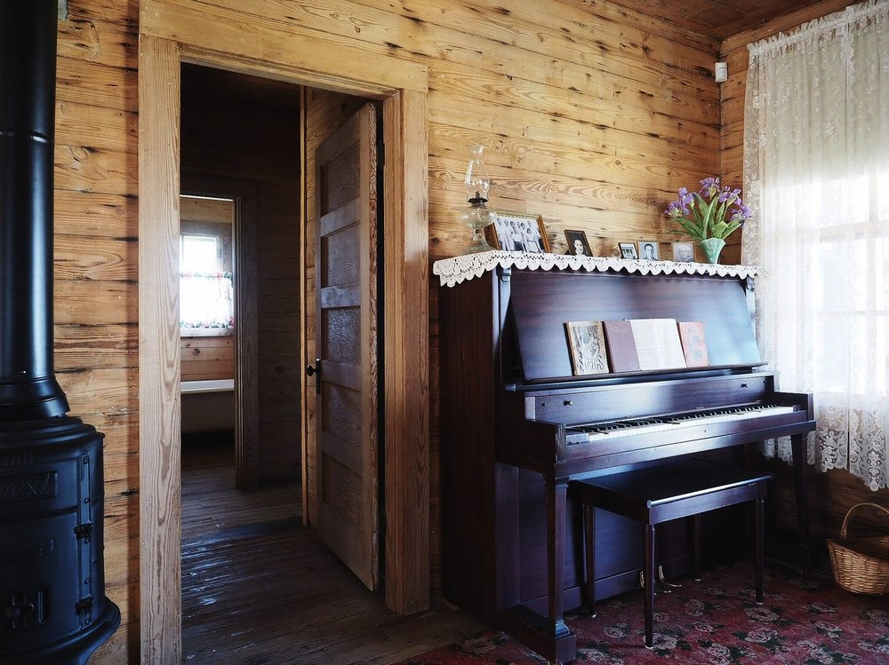 INSIDE THE CHILDHOOD HOME OF JOHNNY CASH -
