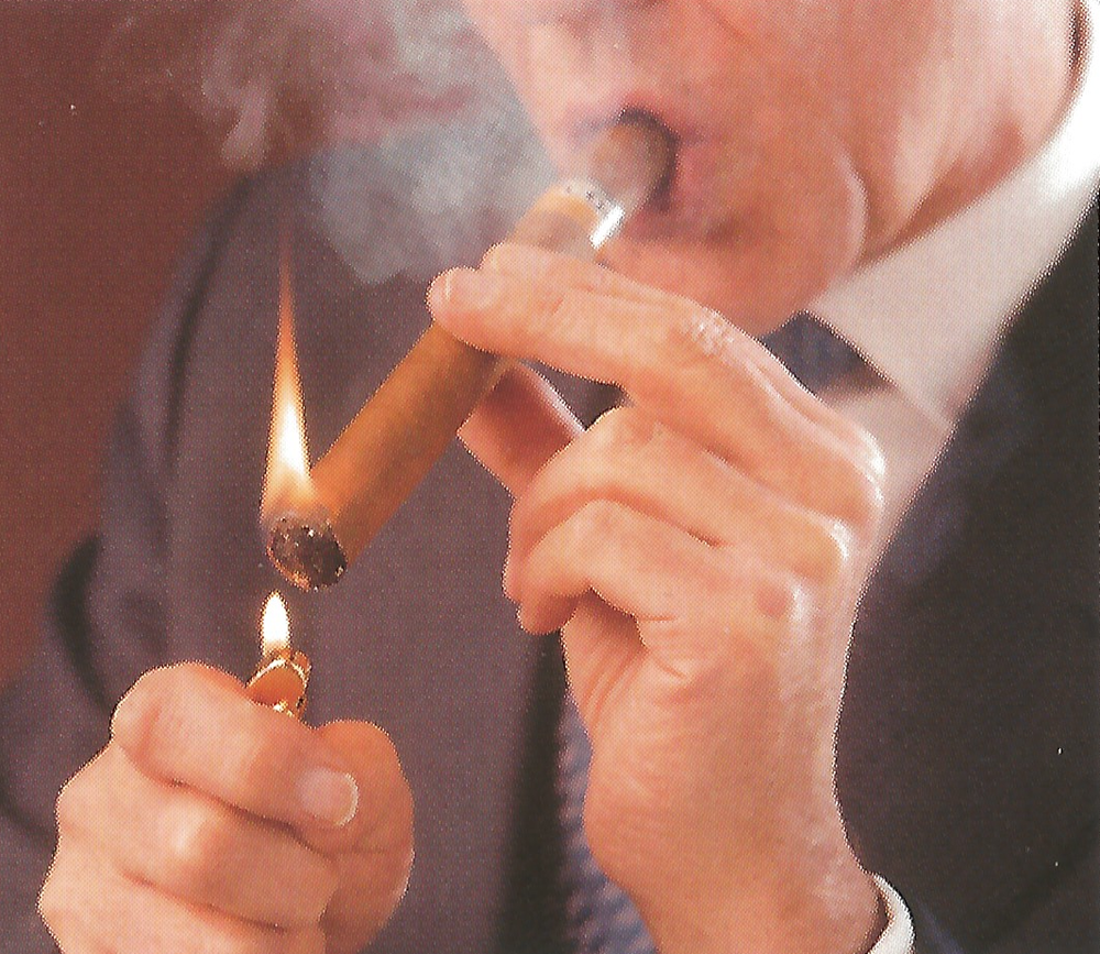 Eğer puronun her tarafı tam yanmamışsa puroyu öncelikle ağızınıza götürün. Sonra yanmayan kısmı üste getirerek puronuzu tekrardan yakarken ağızınıza bir iki kere küçük nefes çekin. Üste kalan yanmamış kısım da bu sayede yanacaktır. Artık puronuz içime hazır. Afiyet olsun ve bol dumanlar!