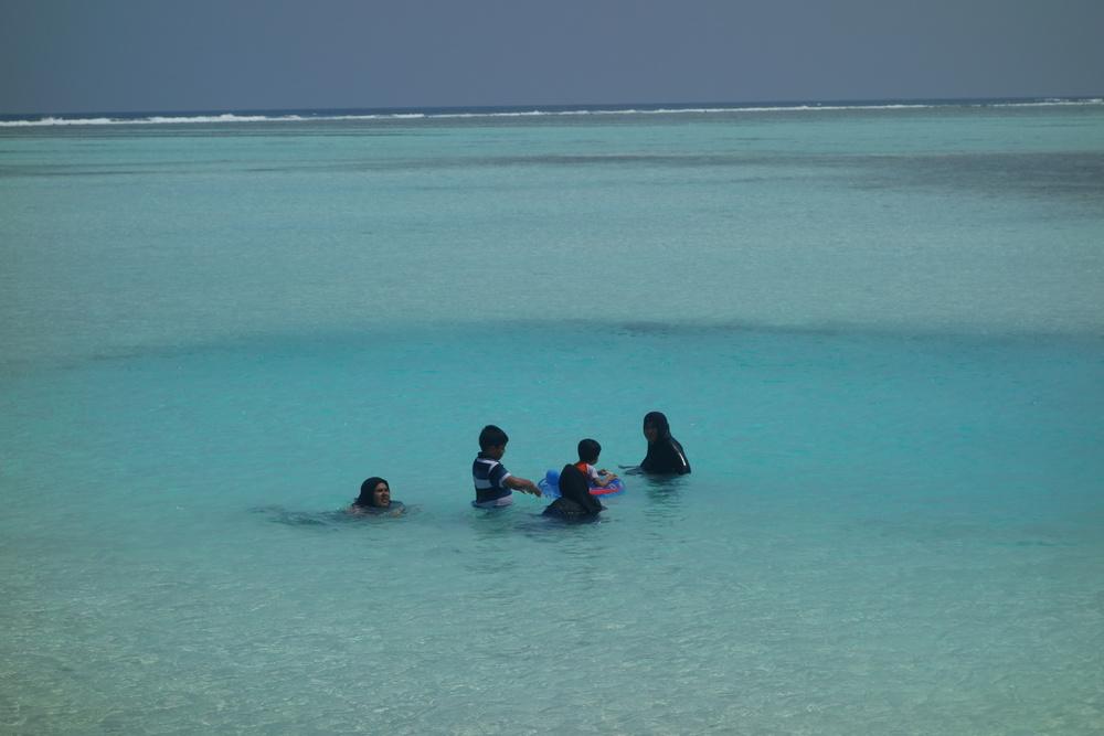 baignade en famille dans l'océan indien