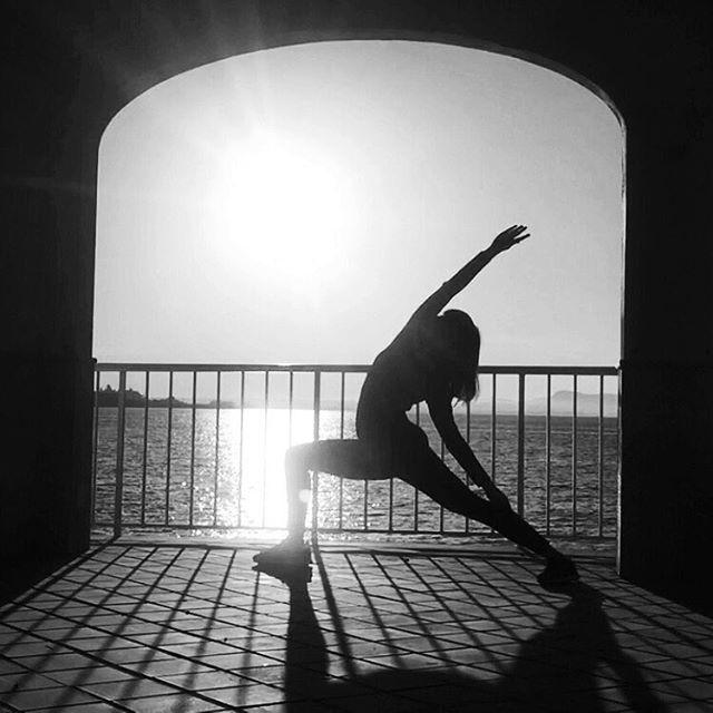 The other day I had a dream about being in Bali. It was the most amazing dream and when I woke up, I felt such a peaceful bliss. I woke up not feeling stressed out with all the tasks for the day. It was amazing. Sometimes dreams come true 😌 Patience! / 🇩🇪 / Letztens habe ich von Bali geträumt. Es war so ein schöner Traum und als ich aufwachte, fühlte ich mich so friedlich und leicht. Ich in aufgewacht und hab mich nicht mit allem, was noch zu tun ist, gestresst gefühlt. War echt cool. Und manchmal werden Träume war. 🙃 Geduld! #balibound #travelgirl #sabbatical #tschüssdeutschland #yogiontour #kickboxingyogi