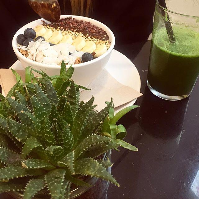 Spend the last days with my Norwegian sister. What a bliss to have her here in Berlin! Nothing beats a good conversation with a dear friend. As we are both highly addicted to anything green (nature, ocean, food, matcha), we've been hunting for nice green smoothies and smoothie bowls. Our favorite so far was at @superfoodsberlin (sorry DALUMA 😝), though @mygoodnessberlin also has a good selection of yummy granola acai bowls. The hunt continues 😎 / 🇩🇪 / Habe die letzten Tage mit meiner norwegischen Schwester verbracht. Es tat so gut sie hier zu haben! Es geht doch nichts über eine gute Unterhaltung mit jemandem, der dir Nähe steht. Weil wir beide absolut süchtig nach allem sind, was grün ist (#natur, #meer, Essen, Matcha!), haben wir uns auf die Suche nach den leckersten Smoothies und Smoothie Bowls gemacht. Das Rennen macht momentan Superfoods & Liquids (sorry DALUMA lol), obwohl die Acai Bowls mit selbstgemachte Granola bei My Goodness auch nicht schlecht sind. Die Suche geht weiter 😎