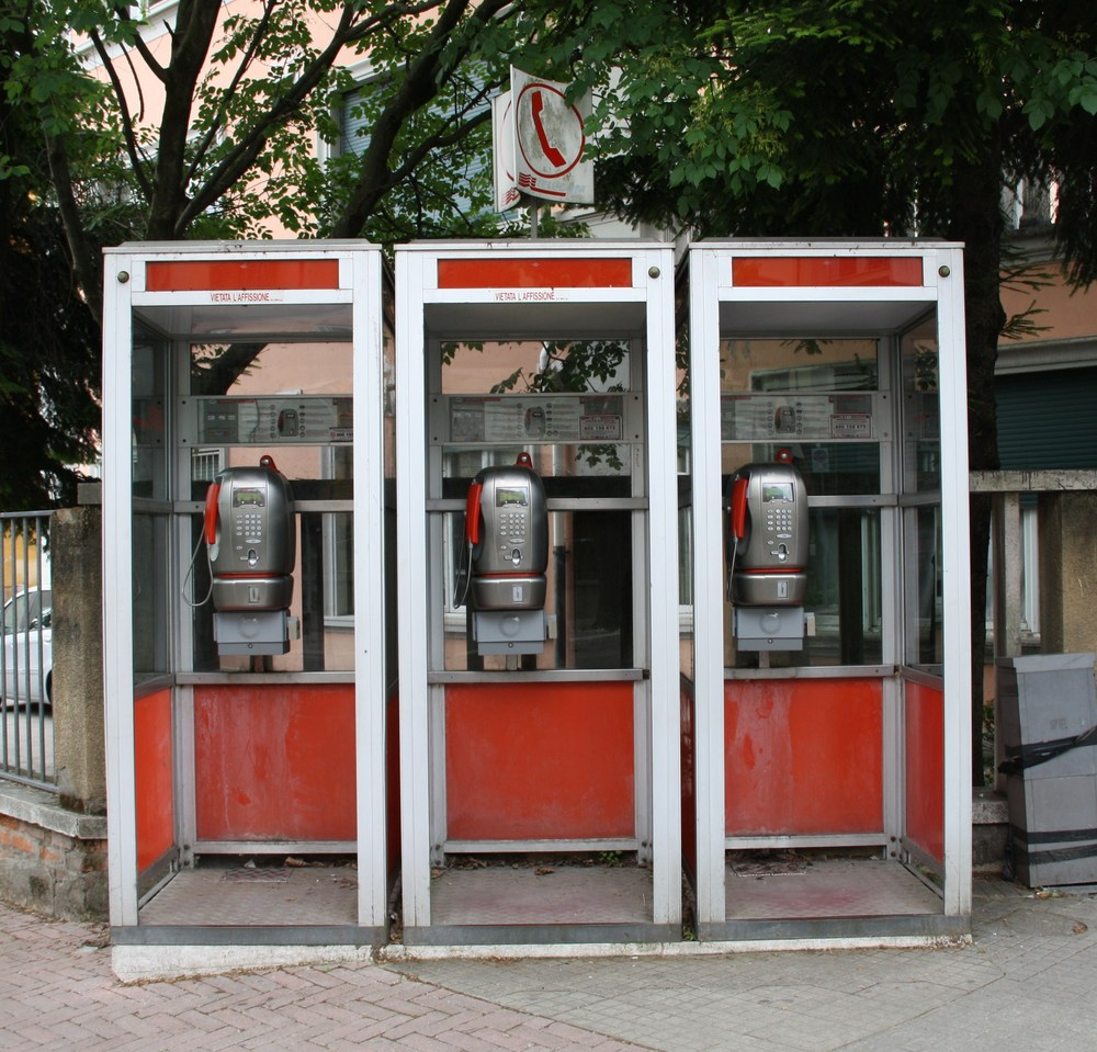 Telecom Italia telephone booths 01 by Piergiuliano Chesi  via  Wikimedia Commons