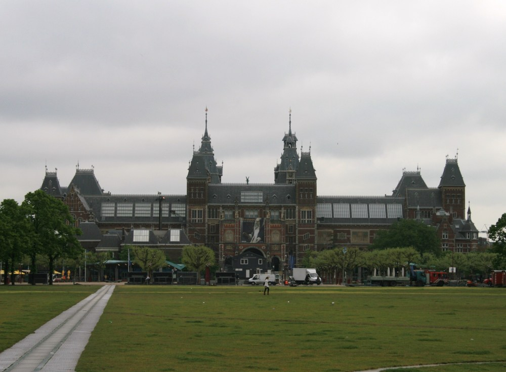 Rijksmuseum, Amsterdam  by Luu via  Wikimedia Commons