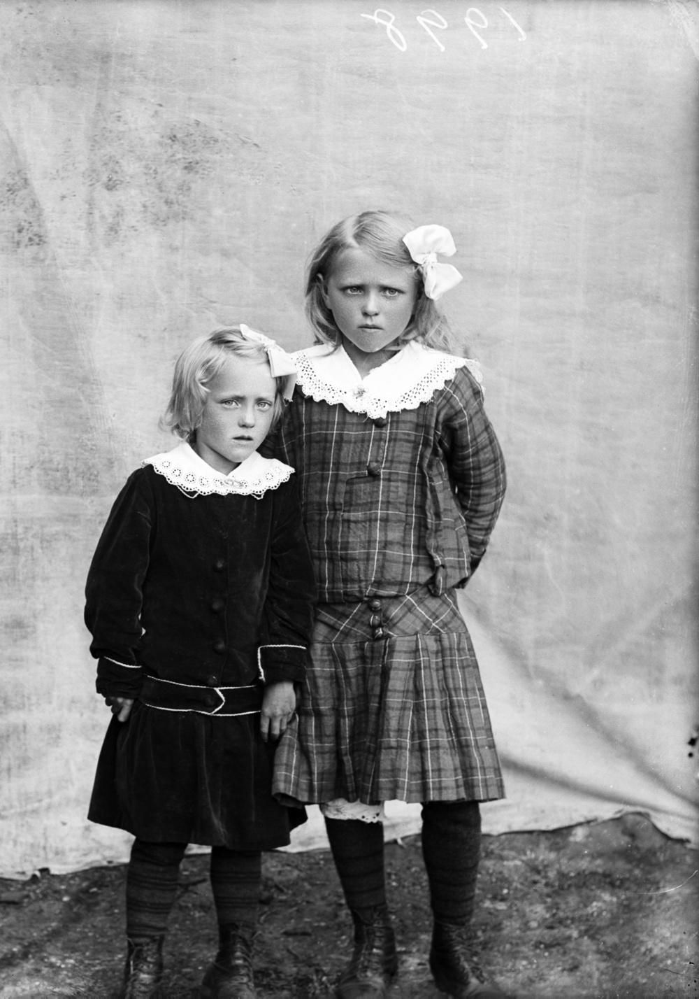 Pétur Leifsson, Little girls in Stykkishólmur, west Iceland, c. 1917.