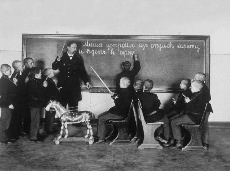 Scene from the St. Petersburg School of the Deaf by an unknown photographer (1908) (photo courtesy Russian State Library)