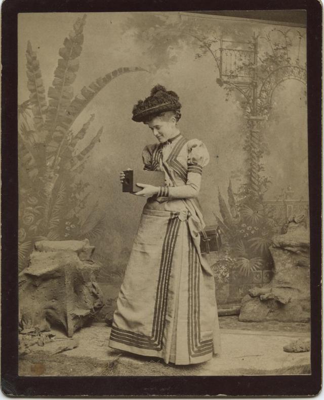 Victorian Women Behind Their Cameras (4).jpg