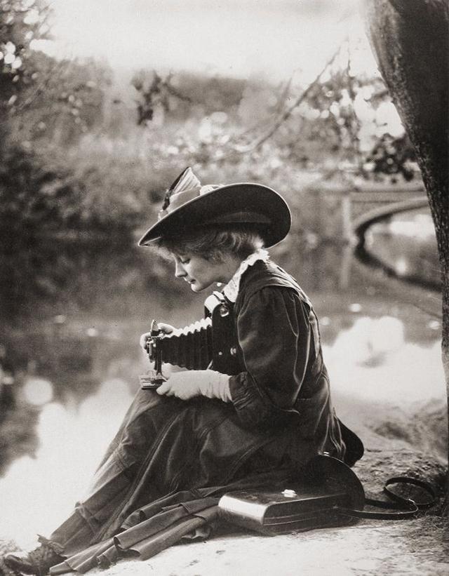 Victorian Women Behind Their Cameras (9).jpg