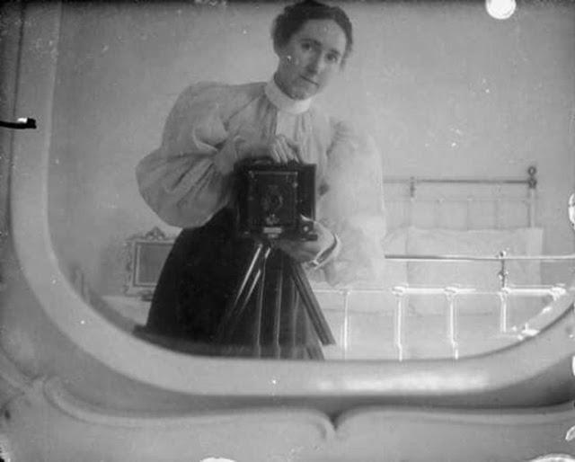 Victorian Women Behind Their Cameras (18).jpg