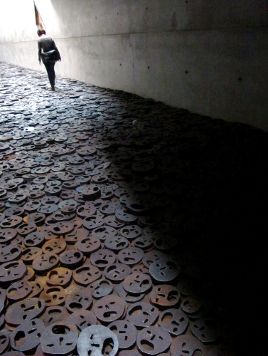 walking-in-the-memory-void-jewish-museum-berlin.jpg