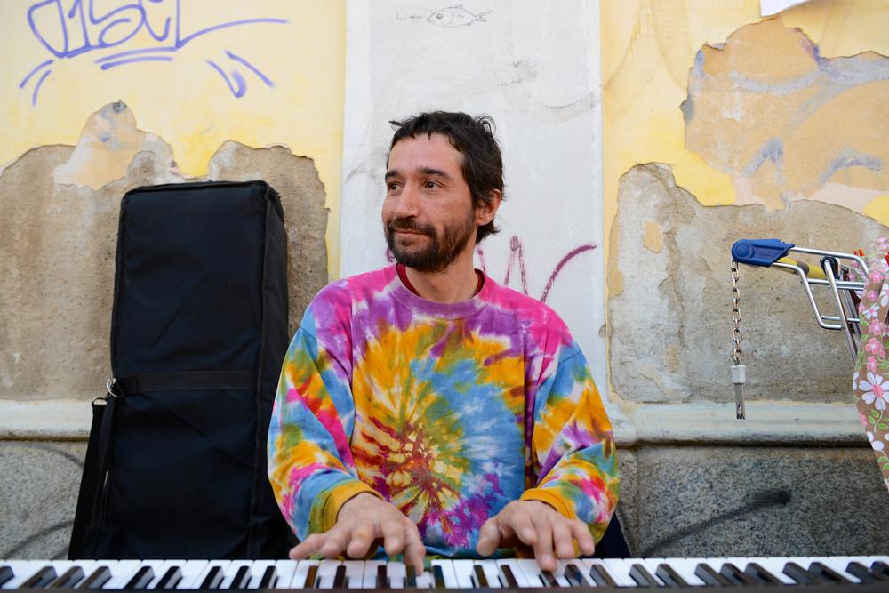 Porta Genova Pianist 02.jpg