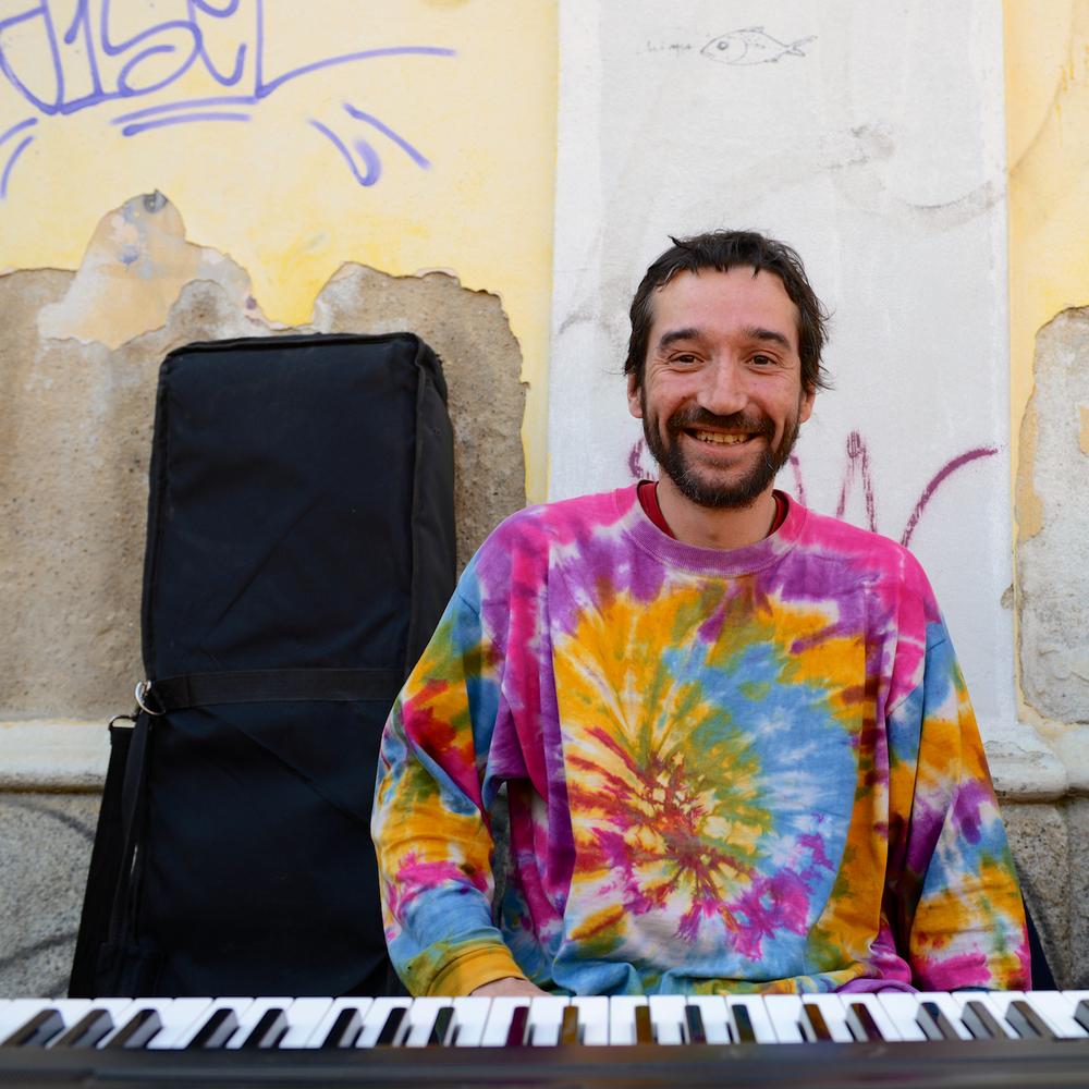 Porta Genova Pianist 03.jpg
