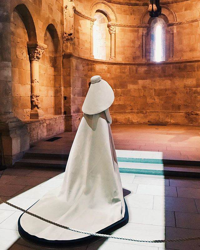 Cristóbal Balenciaga's striking 1967 wedding ensemble in the Met Cloisters' Fuentidueña Chapel. Looking back at the Met's exquisite show Heavenly Bodies: Fashion and the Catholic Imagination. — @balenciaga @metmuseum #balenciaga #cristobalbalenciaga #metheavenlybodies #metcloisters #metmuseum #fashion #couture #weddingdress #weddingensemble #installationview #architecture #exhibitiondesign