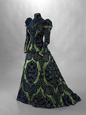 House of Worth, tea gown, blue cut velvet on a green satin ground, Valenciennes lace, circa 1897. © Stéphane Piera/Galliera/Roger-Viollet.