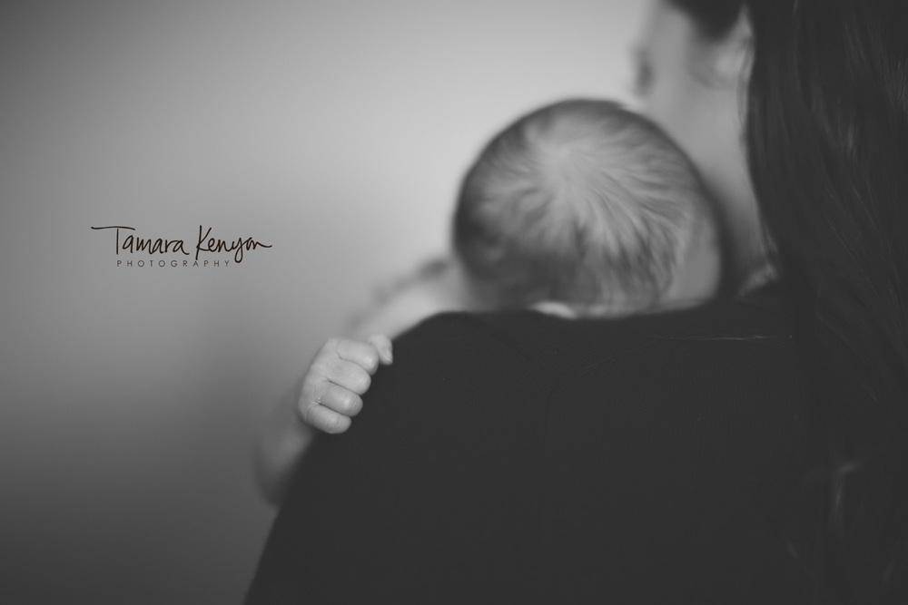 sleeping_newborn_shoulder_black_and_white