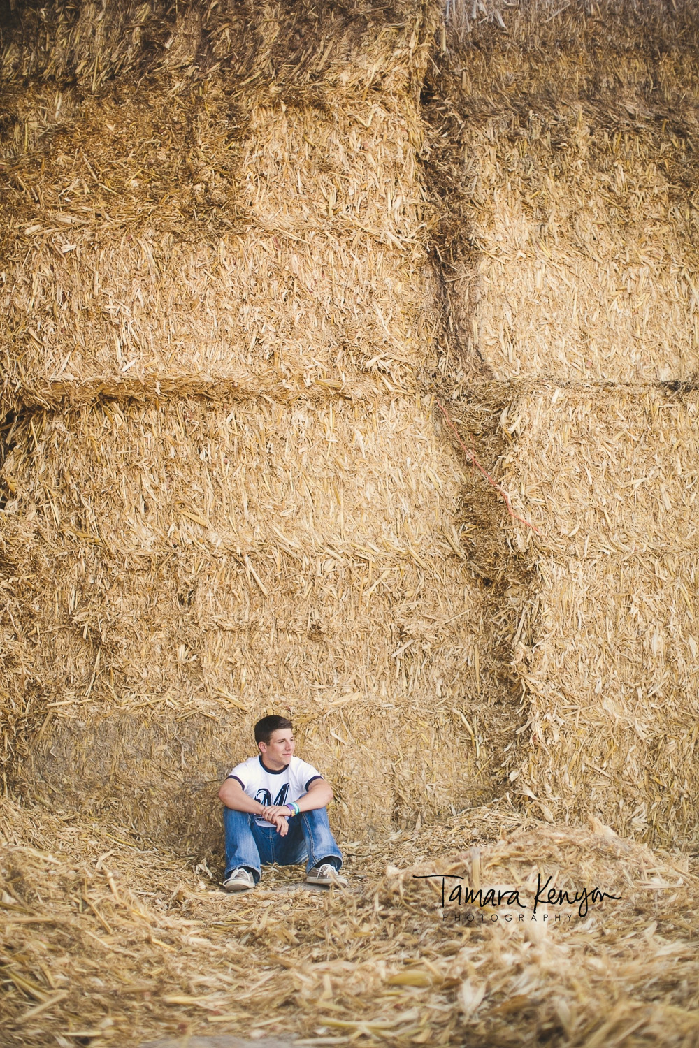 senior_photographer_in_boise_farm_hay