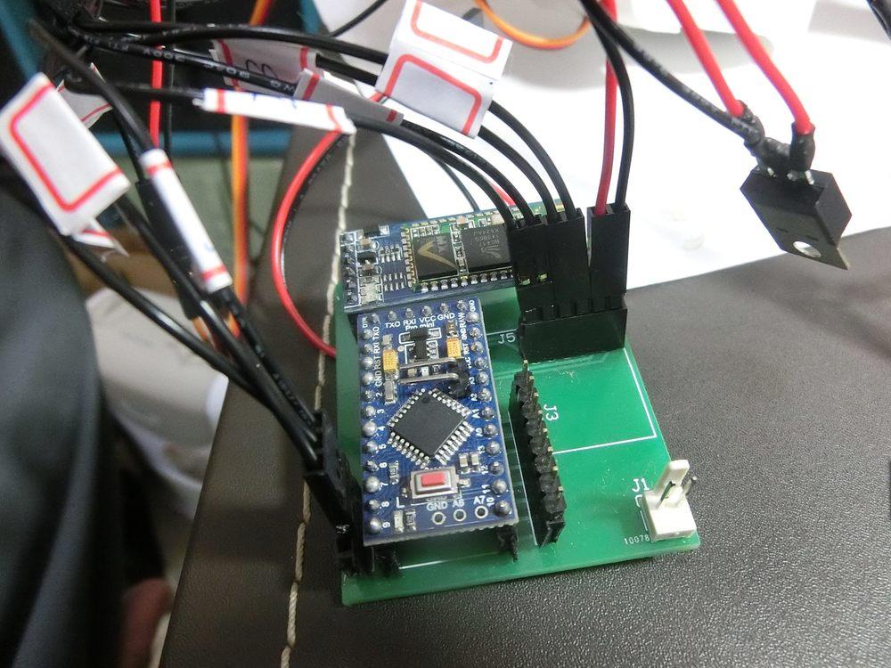 用自已寫的程式,灌入電路版來控制手臂。
