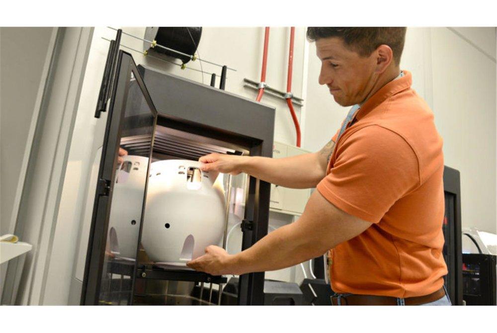 美國空軍利用3D列印製作維修零件,已有2年經驗。圖為工程師以3D列印製作KC-135加油機的油箱蓋。(取自美國空軍官網)