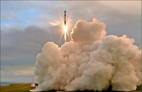 紐西蘭北島偏遠的瑪西亞半島廿五日成功發射一枚廉價3D列印火箭「電子」,此次試射創下首度有火箭從私人而非官方發射場奔向太空,以及紐國首次發射火箭的兩項「第一」。(路透)